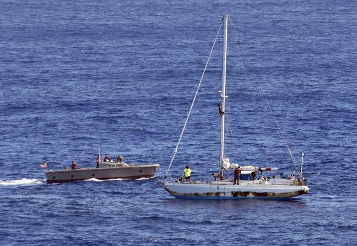 Las mujeres sufrieron la avería del motor de su embarcación en medio de una tormenta. (Foto: AP)