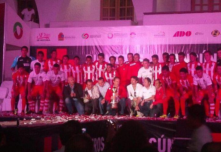 Los 25 futbolistas desfilaron con su nuevo uniforme. (Cortesía/SIPSE)