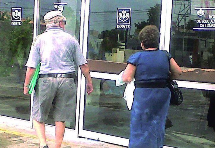 Advierten que para tener derecho a una pensión, se requiere haber acumulado un mínimo de 25 años de servicio y no tener un trabajo remunerado. (Milenio Novedades)