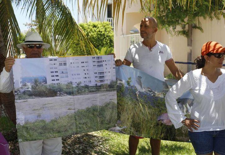 Los habitantes de Bahía Azul que se manifestaron se apoyaron con lonas para pedir la intervención de las autoridades. (Israel Leal/SIPSE)