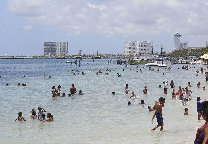 Durante el fin de semana las playas del municipio recibieron más de tres mil personas. (Israel Leal/SIPSE)