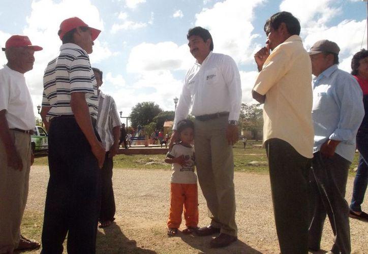 Durante la jornada, el alcalde Julián Pech atendió personalmente a los habitantes de Hilí. (Cortesía)