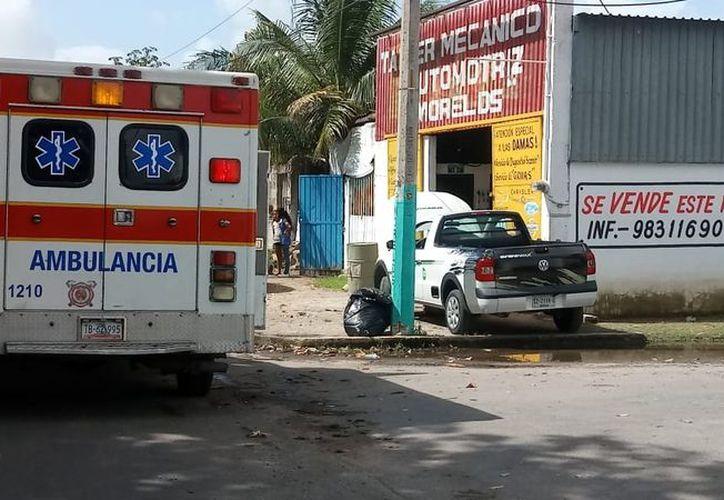 Paramédicos atendieron a la mujer y decidieron trasladarla al Hospital General para su atención, por rotura de pómulo y de barbilla. (SIPSE)