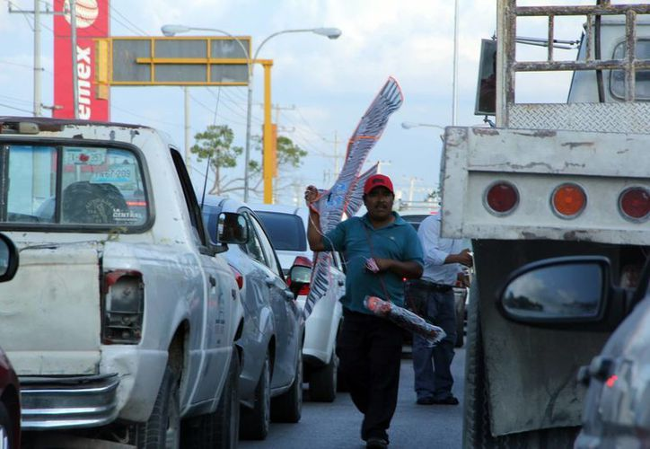 En las avenidas y cruceros de Anillo Periférico se pueden observar a los vendedores ambulantes. (José Acosta/SIPSE)