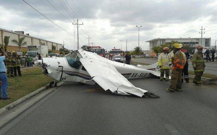 La avioneta derrapó y quedó tendida sobre la carpeta asfáltica.  (Adrián Barreto/SIPSE)