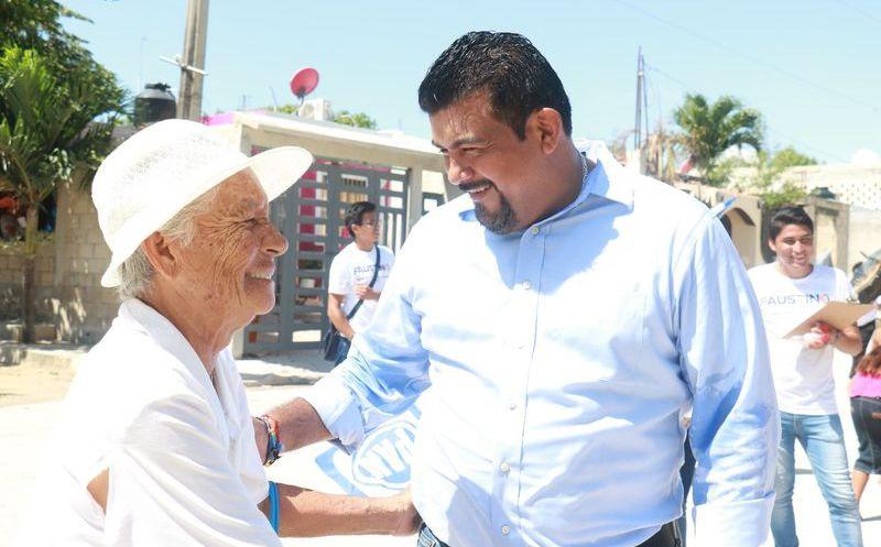 Faustino Uicab, candidato a la presidencia municipal de la coalición 'Por Quintana Roo Al Frente' platicó con familias de la Zona Continental. (SIPSE)
