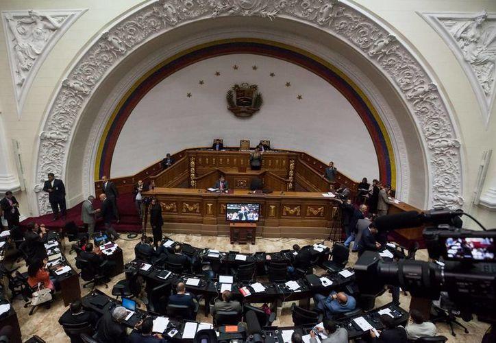 La mayoría opositora en el Parlamento de Venezuela rechazó por mayoría las medidas de emergencia económicas dictadas por el presidente Nicolás Maduro. (EFE)
