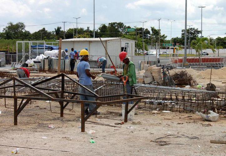 La desición implica que unas 120 empresas dedicadas a la construcción de obra pública y privada retiren su afiliación de la cámara estatal. (Enrique Mena/SIPSE)