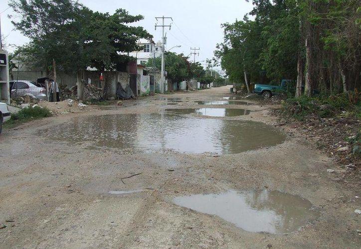 Las lluvias de este fin de semana evidenciaron la mala calidad de las vialidades de Tulum.  (Rossy López/SIPSE)