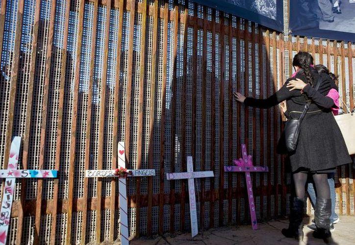 Los participantes se dieron cita en el parque del Calendario Azteca para llegar a la franja fronteriza con México, donde celebraron un acto de homenaje en el que se repartió pan y se leyó el nombre de numerosos inmigrantes fallecidos que han sido identificados en 2015. (EFE/Archivo)