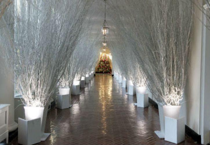 La decoración estándar de Navidad incluye un abeto de unos 5.5 metros en la Casa Blanca. (AP)