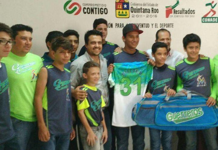 El equipo Guerreros de Cancún recibió sus uniformes. (Raúl Caballero/SIPSE)