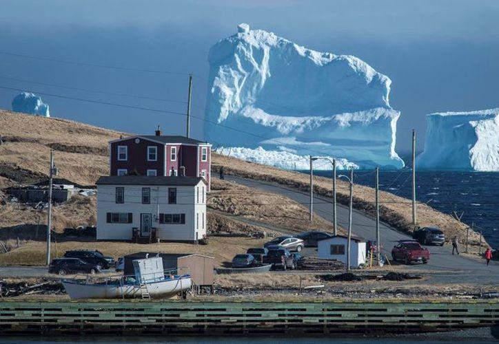 Un gran bloque de hielo causó asombro al aparecer en un poblado de Canadá. (Reuters)
