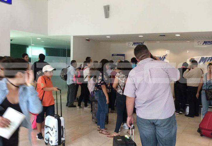 Los pasajeros afectados esperaban más que molestos alguna compensación. (Milenio Novedades)