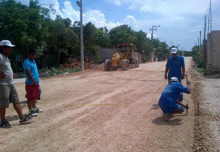 La primera fase de la obra consta en aplanar la superficie para después pavimentar la calle. (Lanrry Parra/SIPSE)