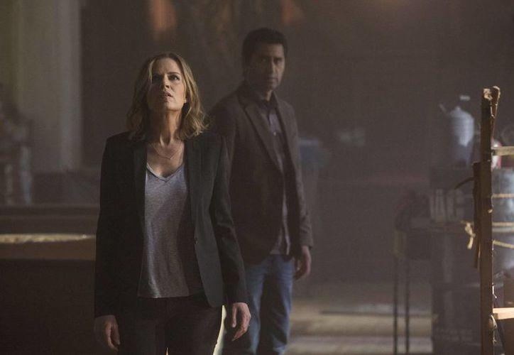 """En esta imagen proporcionada por AMC, Kim Dickens, a la izquierda, en el papel de Miranda, y Cliff Curtis, como Sean, en una escena de """"Fear the Walking Dead"""". (Justin Lubin/AMC via AP)"""