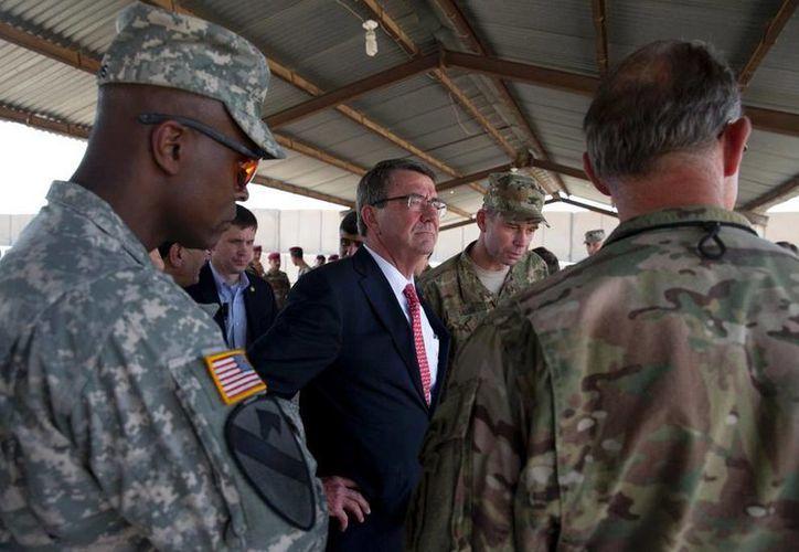 El secretario de Defensa de Estados Unidos, Ash Carter (centro), junto a altos mandos militares estadounidenses mientras observan a soldados del Servicio Antiterrorista de Irak en maniobras en la academia del cuerpo, en el aeropuerto de Bagdad. (Foto AP/Carolyn Kaster, Pool)
