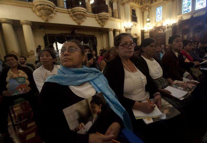 Varias mujeres parteras participan en la presentación de un informe que reivindica el papel clave de las matronas para reducir la mortalidad en el parto, en Ciudad de Guatemala. (EFE)