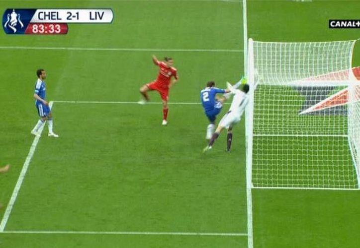 En la gráfica, un gol fantasma de Carroll (rojo), del Liverpool, en contra del Chelsea. (www.as.com/Archivo)