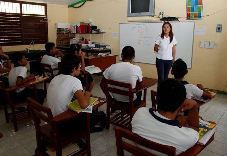 Los estudiantes han mostrado interés sobre el tema y han colaborado con el personal de la PGJE que acude a dar las pláticas a varios planteles escolares. (Francisco Sansores/SIPSE)