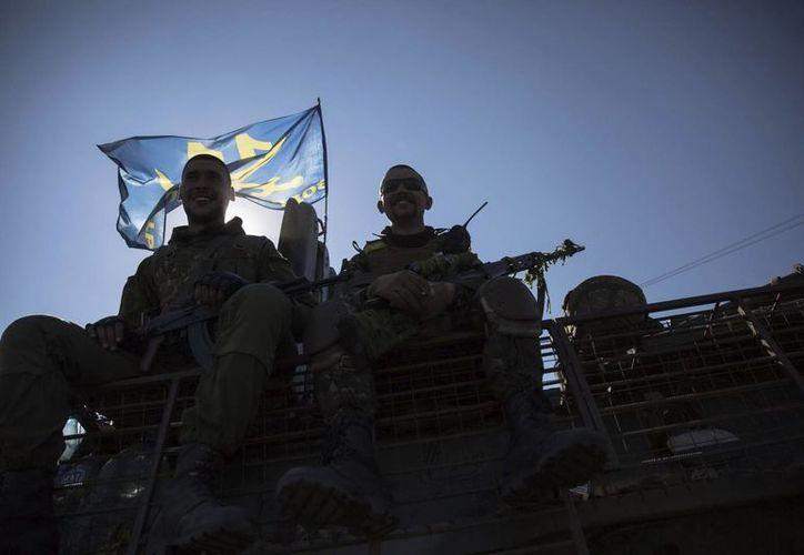 Soldados ucranianos en un control cercano a la ciudad de Debalcevo, el 5 de septiembre, día en el que acordaron con pro rusos un alto al fuego en el este del país. (EFE/Foto de archivo)