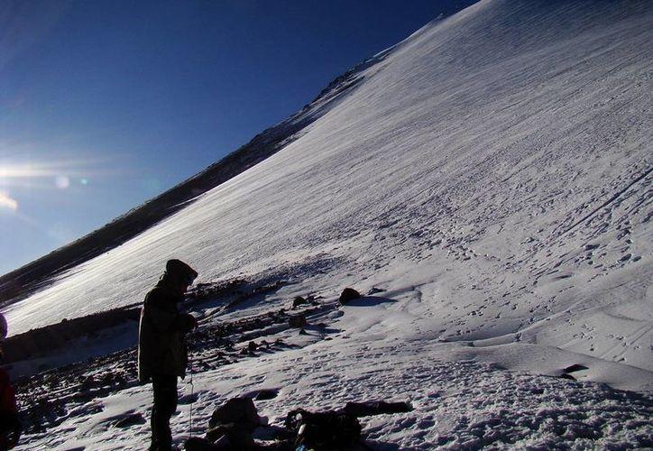 Se complica el rescate de dos cuerpos humanos extraviados hace medio siglo en el Pico de Orizaba. (trepacerros.com)