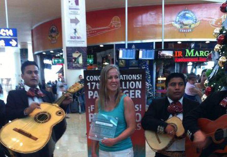 Adrianne Taptich, pasajero 17 millones del Aeropuerto  Internacional de Cancún. (Israel Leal/SIPSE)
