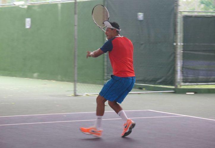 Intensa actividad se vivió en la copa de tenis que tendrá atractivos premios. (Raúl Caballero/SIPSE)