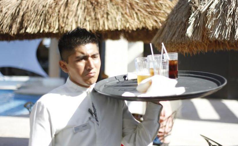 Entre los puestos que ofrecen los hoteles están meseros, camareras, hostess y animadores, entre otros. (Foto: Contexto/SIPSE)