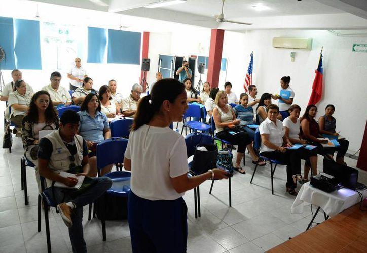 Imparten conferencias para directores de escuelas particulares de diferentes niveles. (Victoria González/SIPSE)