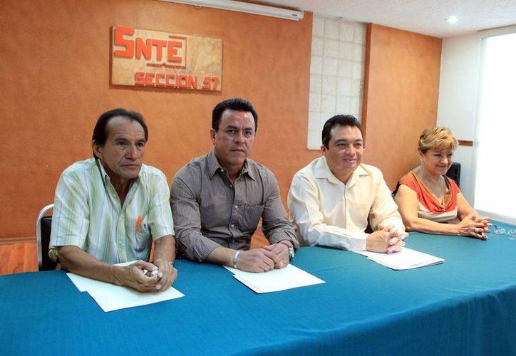 Líderes del SNTE sección 57 presentaron el programa por el Día del Maestro. (José Acosta/SIPSE)