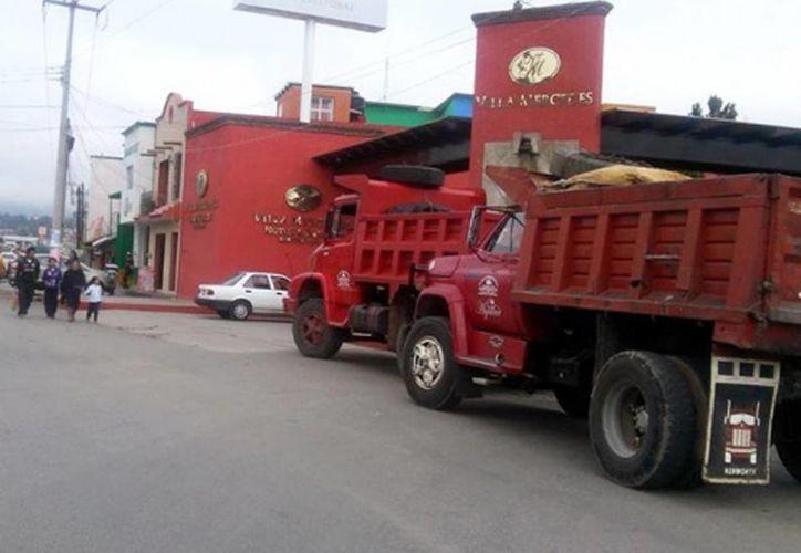 Los bloqueos se registran sobre el tramo federal San Cristóbal de las Casas a Teopisca. Imagen de un par de volquetes que cierran el paso a los vehículos que quieran entrar o salir a la ciudad. (Excelsior)
