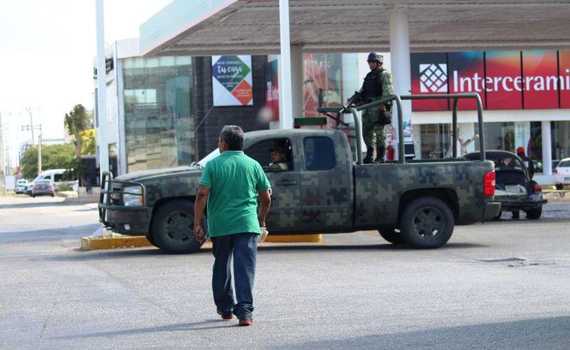 Los militares realizan rondines en zonas céntricas de Playa del Carmen. (Foto: Octavio Martínez/SIPSE)