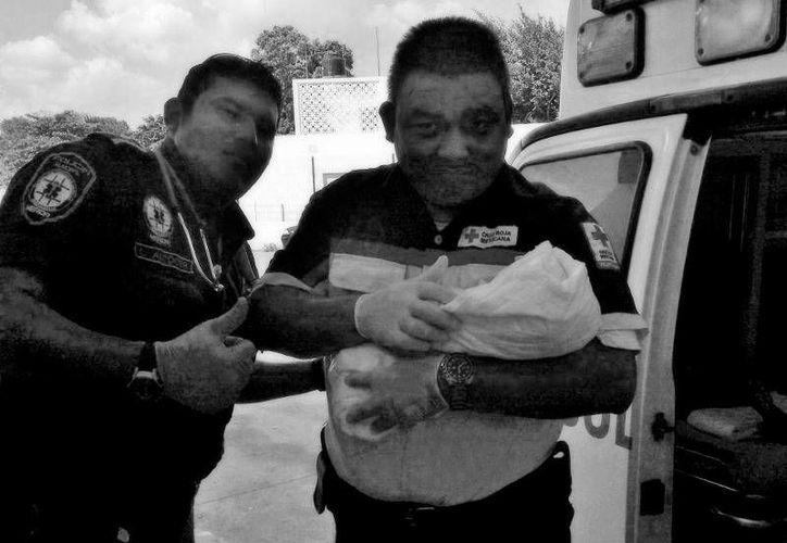 Los paramédicos recibieron al bebé y lo trasladaron al Hospital O'Horán. (Milenio Novedades)