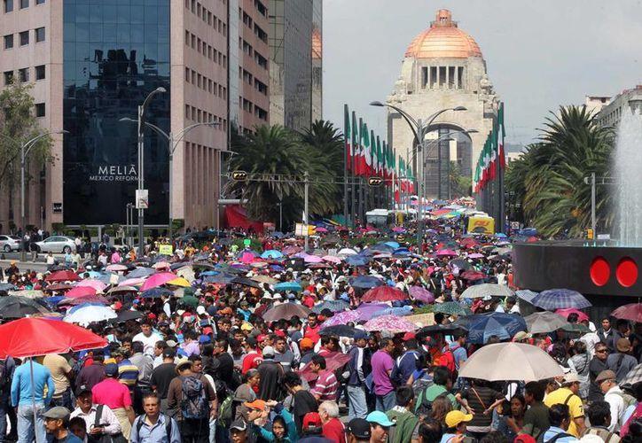 Los integrantes de la CNTE no se han puesto de acuerdo sobre si regresar o no a dar clases. Al fondo, el Monumento a la Revolución. (Notimex)