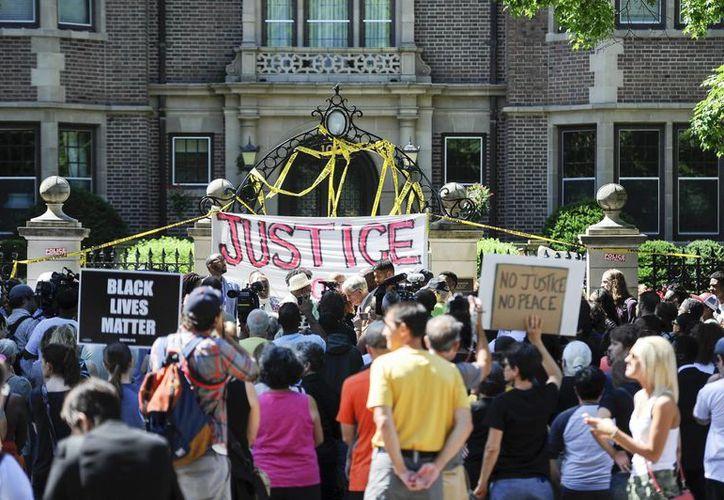 Decenas de personas se reúnen delante de la residencia del gobernador de Minessota para protestar por la muerte del joven negro Philando Castile abatido por los disparos de un agente de policía, en Saint Paul. (EFE)