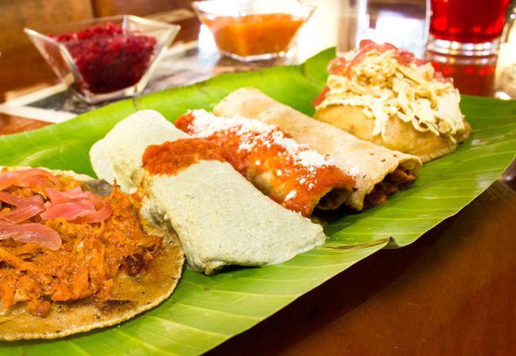 El chef Evia del restaurante Kuuk deleitó a los asistentes al Pabellón México con los tradicionales tacos de cochinita pibil. (Foto: Milenio Novedades)