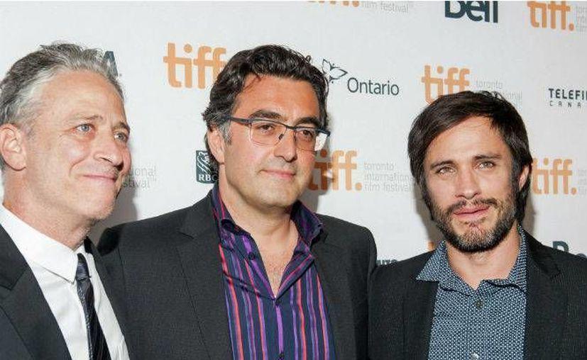 El mexicano Gael García (d), que el año pasado formó parte del jurado del Festival de Toronto, asistió este martes a la proyección de la cinta que protagoniza, 'Neruda'. (Notimex)
