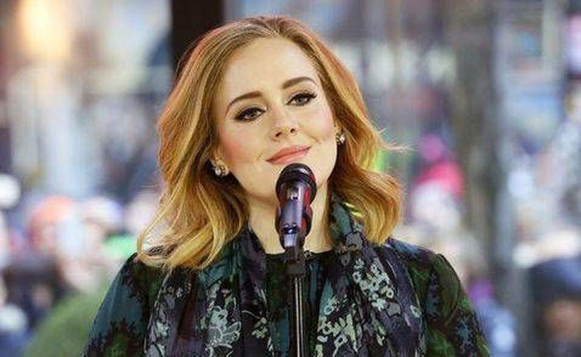 Adele vendió más de un millón de discos en su segunda semana en EU y también recibió el disco de platino en México por las altas ventas de su nuevo álbum '25' . (AP)