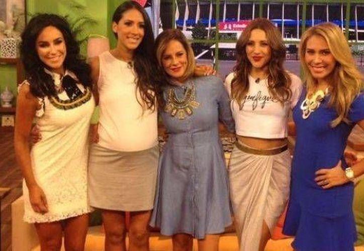 Inés Gómez Mont, primera desde la izquierda, con las otras conductoras del programa 'Cuéntamelo ya', transmitido el viernes 27 de mayo. (Foto:Televisa)