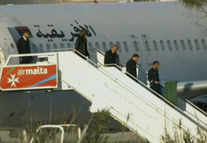 Los pasajeros del avión secuestrao fueron saliendo a cuentagotas. (TVM vía AP)