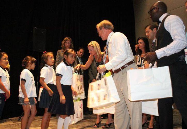 Los alumnos recibieron algunos paquetes con útiles escolares. (Adrián Barreto/SIPSE)