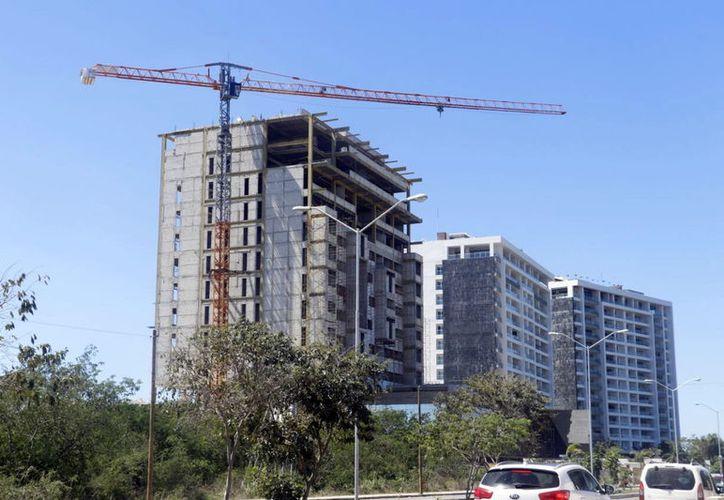 Algunos edificios conjuntan viviendas con oficinas y establecimientos varios. (Milenio Novedades)