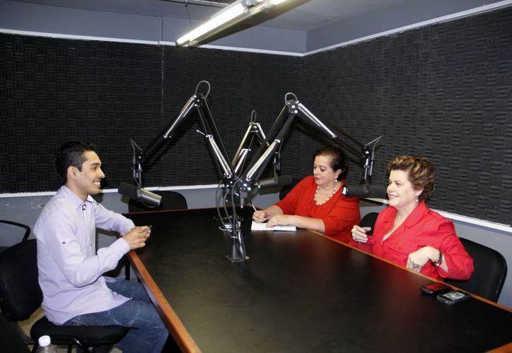 Jonathan Barrios compartió sus experiencias con las conductoras Alis García y Esperanza Nieto. (Juan Albornoz/SIPSE)