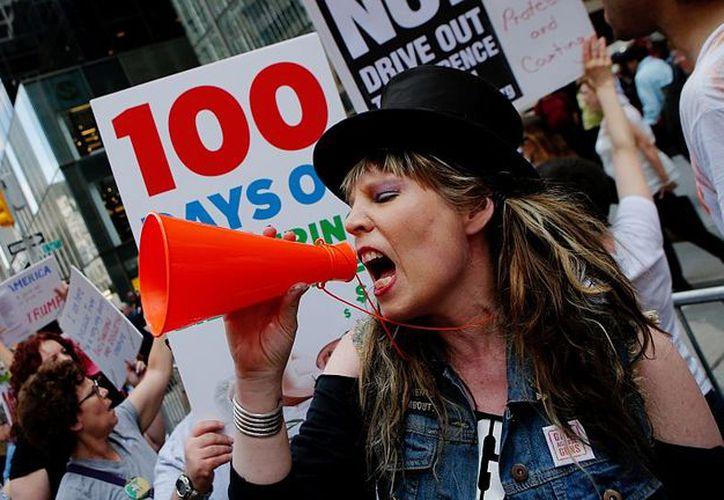 Los manifestantes  avanzan desde el Capitolio hasta los alrededores de la Casa Blanca. (Foto: ámbito.com)