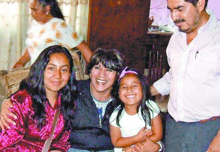 La madre, la alcaldesa de Texcoco, la menor y un familiar, durante la reunión con la niña repatriada. (Milenio)
