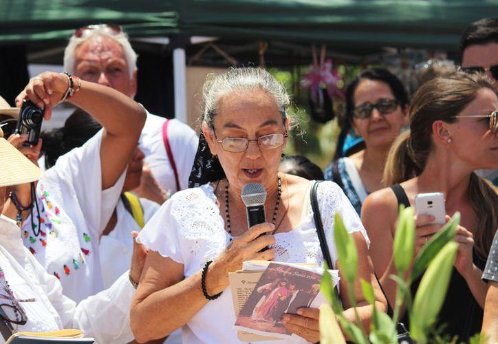 Alrededor de 100 personas, llevaron en una plataforma a la Virgen de los Dolores. (Octavio Martínez/SIPSE)