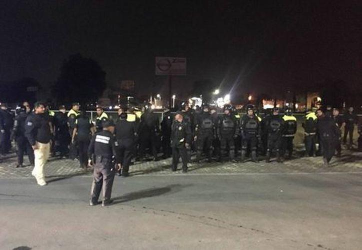 Cerca de las 19:00 horas de ayer, en Bodega Aurrerá de San Juan, municipio de Zumpango, un grupo de al menos 100 saqueadores quemaron tarimas y un pastizal aledaño a la tienda. (Milenio)