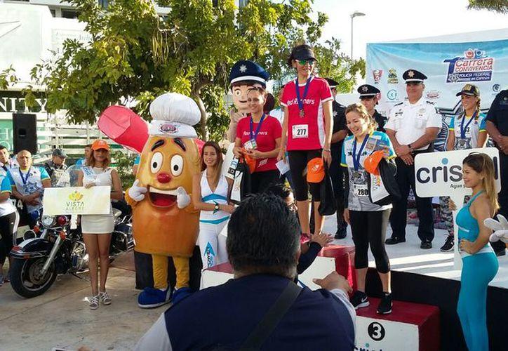 Premian a las ganadoras de los 10 kilómetros. (Raúl Caballero/SIPSE)
