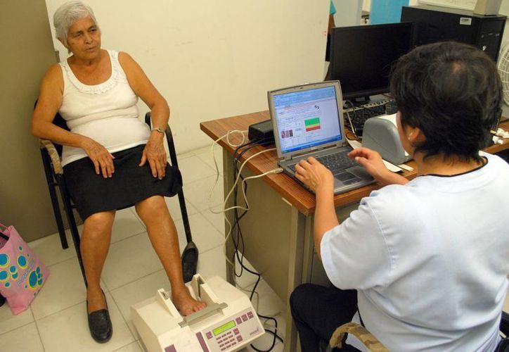 Resulta oportuno el realizar un estudio diagnóstico del estado real de los huesos para intervenir oportunamente ante una descalcificación. (Tomás Álvarez/SIPSE)